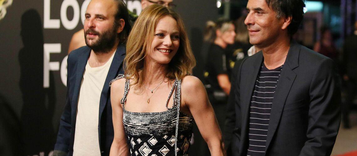 PHOTOS – Vanessa Paradis, au bras de son chéri Samuel Benchetrit, opte pour une robe longue fendue et moulante