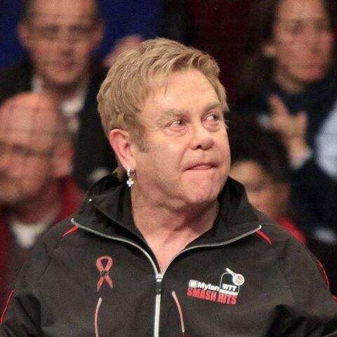 Vidéo- Elton John ne tient plus debout