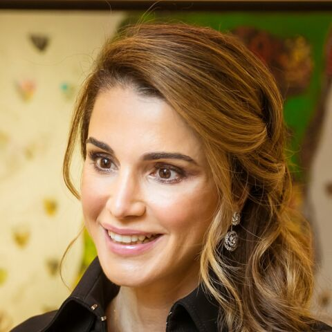 PHOTOS – Rania de Jordanie, canonissime en smoky eyes et robe zippée