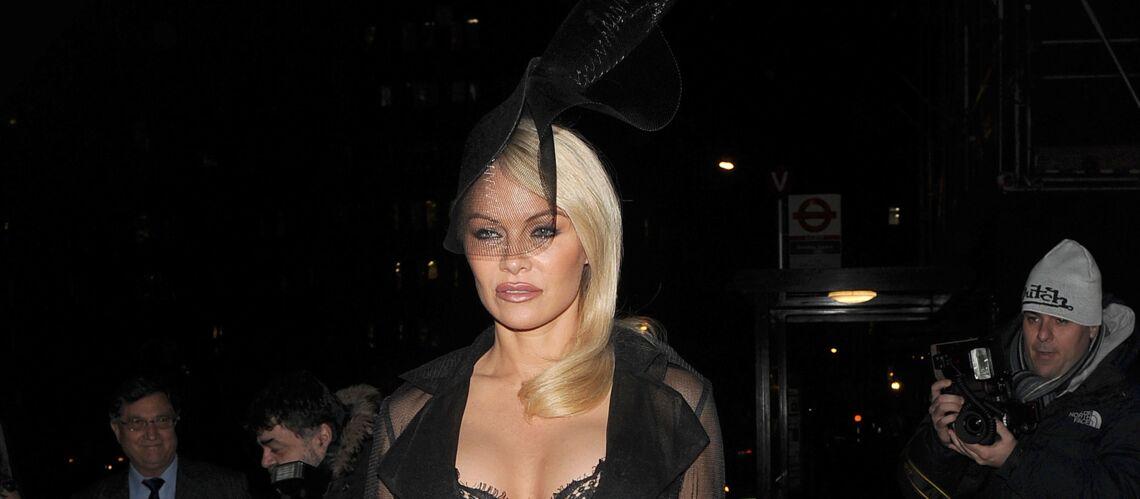 PHOTOS – Pamela Anderson, toujours plus chic, en robe noire et bibi à voilette
