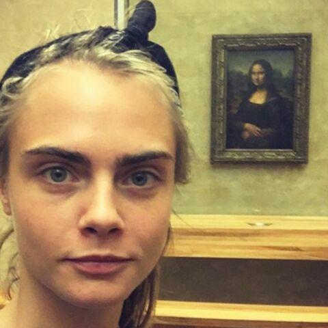 Cara Delevingne s'amuse comme une petite folle au Louvre