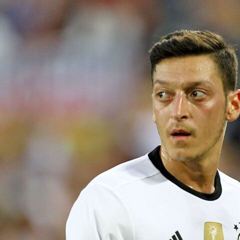 Le joueur allemand Mesut Özil remercie la France