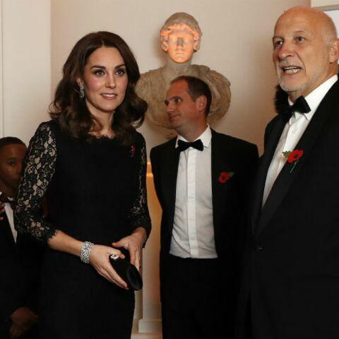 PHOTOS – Kate Middleton affiche son baby bump dans une robe sculpturale Diane Von Furstenberg