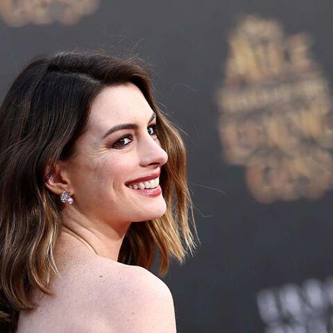 Anne Hathaway taille un short aux kilos de grossesse