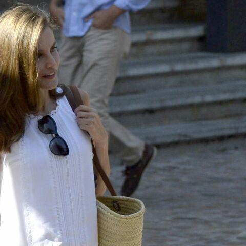 PHOTOS – Letizia d'Espagne: un joli look estival, en petite robe blanche pour des vacances en famille