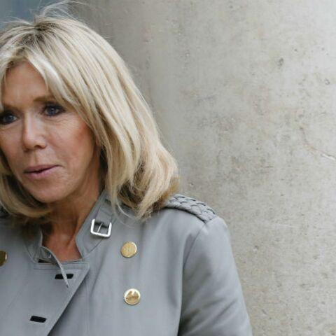 PHOTOS – Brigitte Macron: en blazer épaulé militaire et pantalon ultra slim, en visite à la boutique Hermès