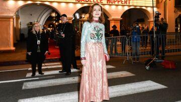 PHOTOS – Isabelle Huppert détonne dans une extravagante robe colorée