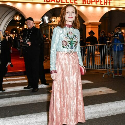 f2639e96670 PHOTOS – Isabelle Huppert détonne dans une extravagante robe colorée ...