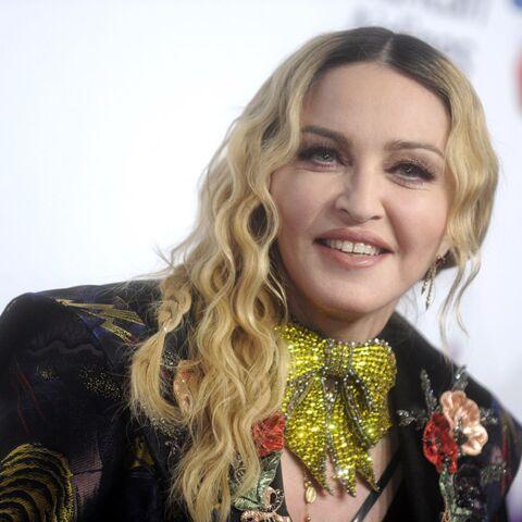 """PHOTO – Madonna pose avec ses jumelles du Malawi pour """"confirmer officiellement"""" leur adoption"""