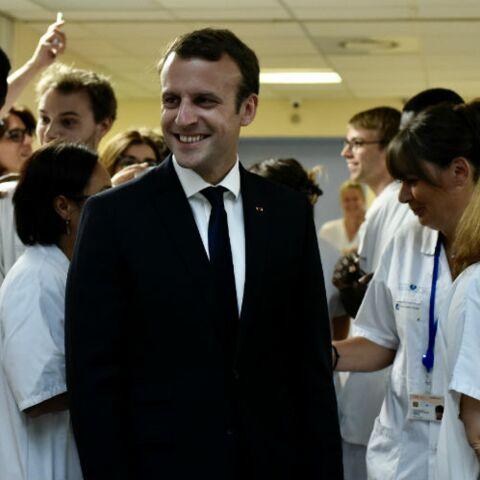 PHOTOS – Avant leurs vacances Emmanuel et Brigitte Macron ont rendu visite aux enfants de l'hôpital Robert Debré