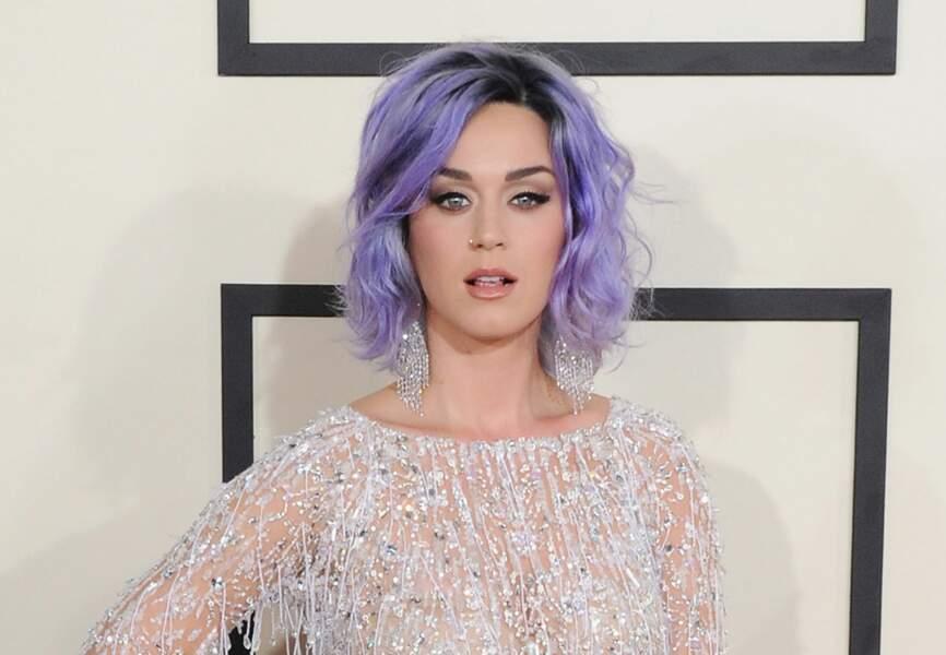 Décalée et élégante, Katy Perry nous offre une mise en beauté sans fausse-note