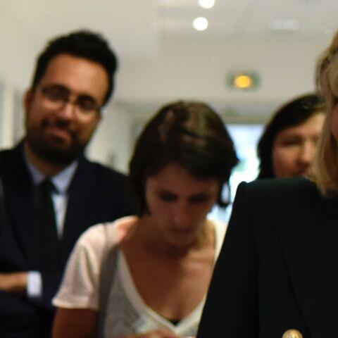 PHOTOS – Brigitte Macron: encore en blazer épaulé et jean slim pour sa dernière visite officielle avant les vacances