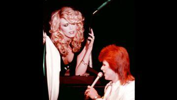 """Amanda Lear: """"David Bowie est tombé amoureux de ma photo"""""""