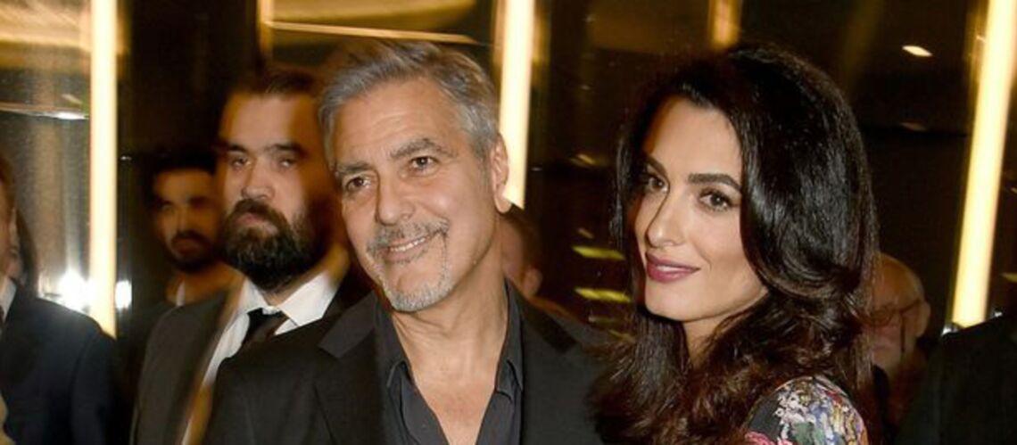 PHOTO – En robe fleurie, Amal Clooney dévoile t-elle un baby bump?