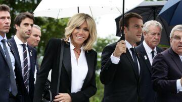 PHOTOS – Brigitte Macron détonne en petit tailleur noir et escarpins en python, sous la pluie de Suisse