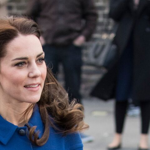 PHOTOS – Kate Middleton délicieusement rétro en robe bleue ceinturée au côté du prince William