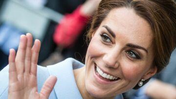 Kate Middleton, princesse du peuple, voyage en éco et recycle les bijoux de la reine
