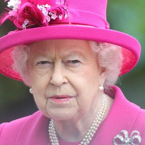 Elisabeth II: l'un de ses gardes surpris le nez dans la poudre
