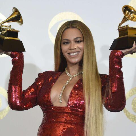 PHOTOS – Beyoncé, très enceinte, illumine les Grammys dans une robe à paillettes et décolletée