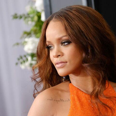 PHOTOS – Rihanna: la star opte pour un maquillage simple et doré aux Grammy Awards