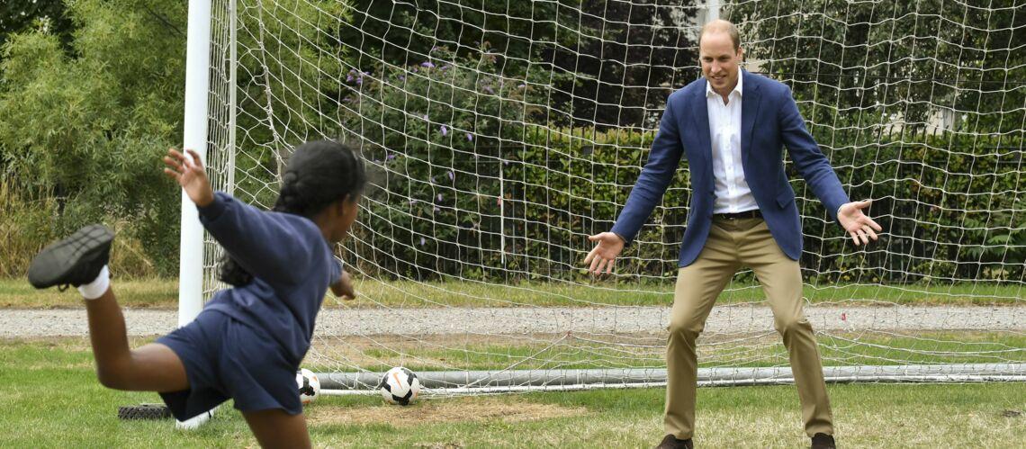 VIDEO – Le prince William en gardien de but pour promouvoir les équipes féminines de football