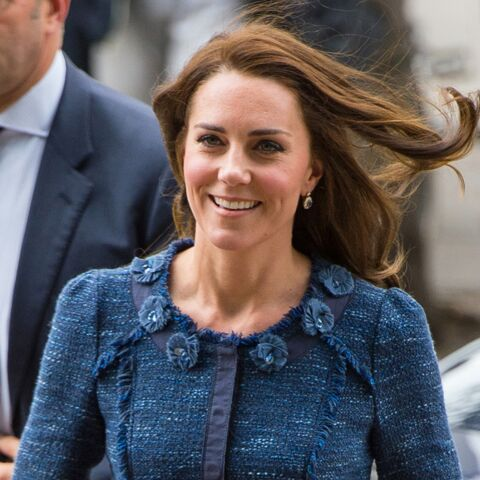 PHOTOS – Kate Middleton, elle adore son tailleur en tweed bleu