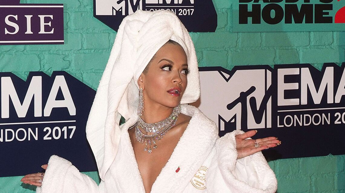 PHOTOS – Rita Ora surprend en portant un peignoir sur le tapis rouge des MTV European Music Awards