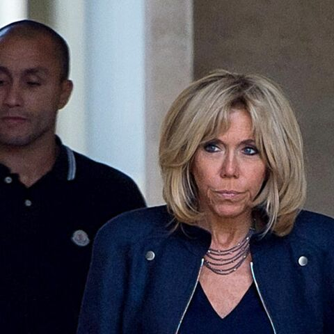 PHOTOS – Brigitte Macron, élégante en slim en cuir et bottines à talons pour promener son chien Nemo