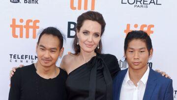 PHOTOS – Angelina Jolie, en petite robe noire, entourée de ses fils Maddox et Pax sur le tapis rouge