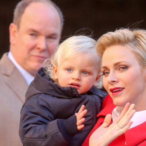 PHOTOS – Albert, Charlène et leurs adorables jumeaux distribuent les cadeaux à Monaco