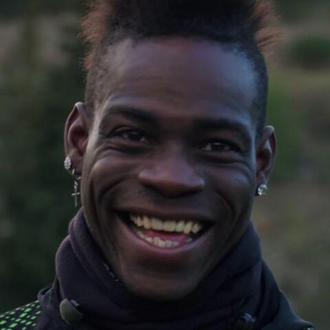 VIDEO – Quand la star du foot Mario Balotelli relève un défi fou… face à un hélicoptère