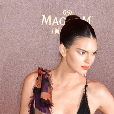 PHOTOS – Kendall Jenner frôle l'accident de décolleté