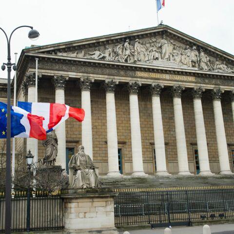 Attentats à Paris: les politiques suspendent leur campagne