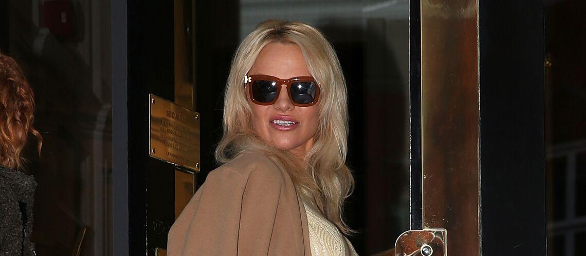 PHOTOS – Pamela Anderson, très chic, rend visite à Julien Assange