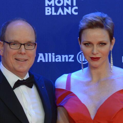 PHOTOS – Charlène de Monaco ose la robe rouge passion ultra décolletée au côté du prince Albert II pour la Saint-Valentin