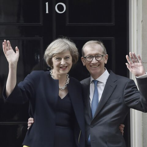 Theresa May: son mari Philip s'affiche en «First Husband» au top de la mode