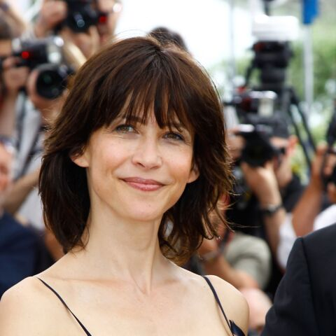PHOTO – Sophie Marceau, ultra sexy en minijupe dans les coulisses d'un shooting photo