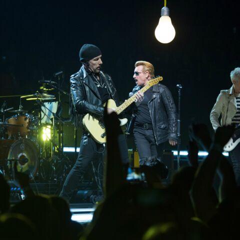 U2 se recueille devant le Bataclan