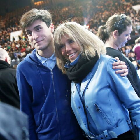 PHOTOS – Brigitte Macron soutient son mari dans un perfecto en cuir bleu ciel