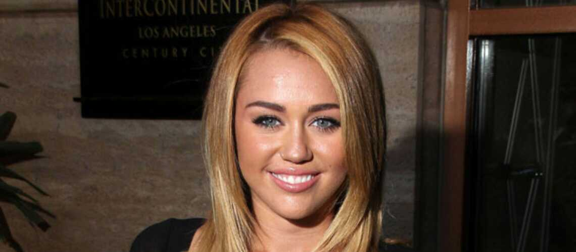 Miley Cyrus s'aime en blonde