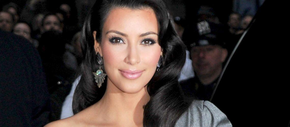 PHOTOS – Kim Kardashian pose les fesses nues dans une position improbable pour soutenir Kanye West