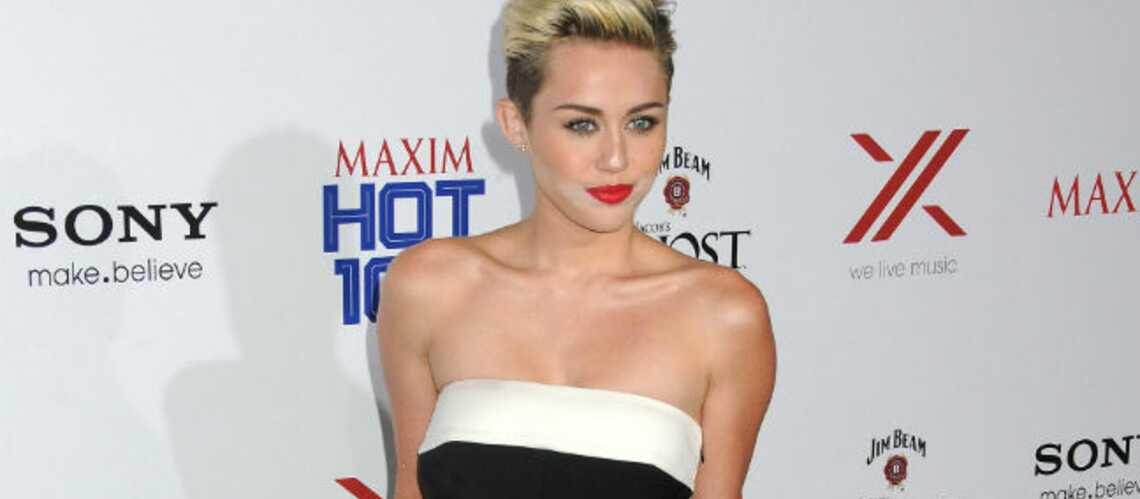 Miley Cyrus ressort sa bague de fiançailles