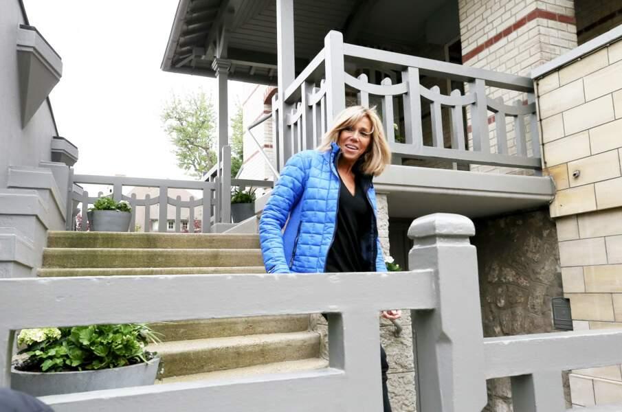 Brigitte Macron en tenue décontractée devant chez elle
