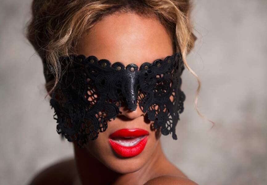 Bouche écarlate et masque noir, elle ne cache rien: c'est une bombe