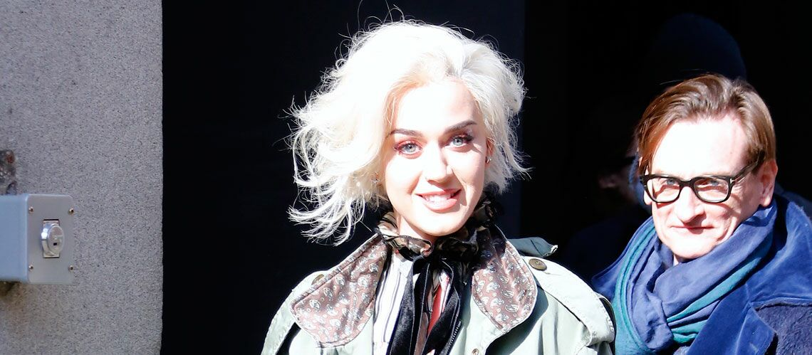 PHOTOS – Katy Perry, en blond platine, se prend pour Marylin Monroe