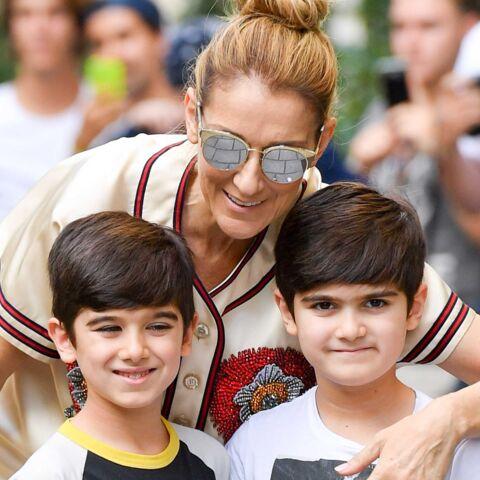 PHOTOS – Tout sourire Céline Dion pose devant les photographes avec ses jumeaux Eddy et Nelson