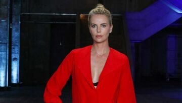 PHOTOS – Charlize Theron glamourise la tendance du chignon bun sur le tapis rouge