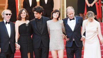 PHOTOS – Cannes 2017: Charlotte Gainsbourg, fait sensation dans une robe brillante très courte et tous les looks de la montée des marches du 17 mai