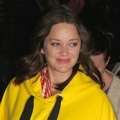 PHOTOS – Marion Cotillard, décontractée, ose la robe-sweat jaune poussin à New York