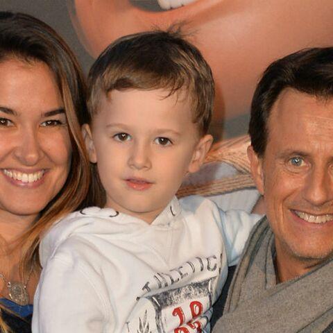 PHOTO – Vincent Perrot pose avec son épouse et leur fils